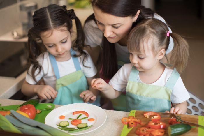 faire le cuisine avec les enfants idée activite enfant confinement activité en famille faire la cuisine apprendre les aliments