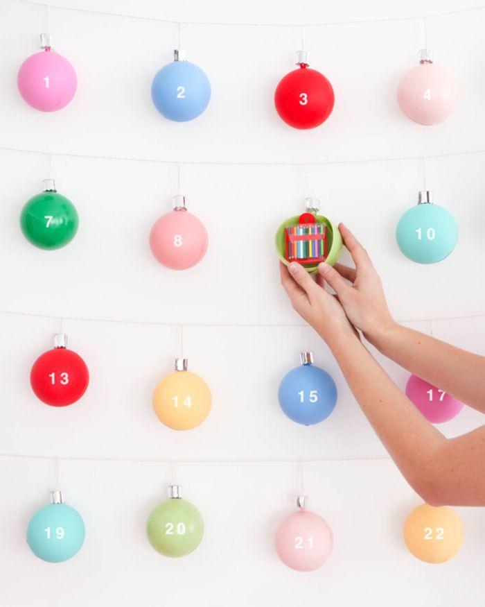 faire son calendrier de l avent en boules de noel colorées avec chiffres et urpises jouets petits cadeaux à l intérieur