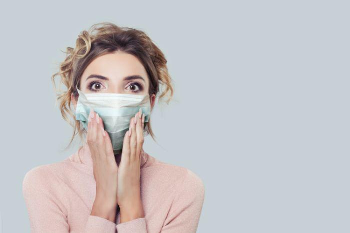 femme aux cheveux blonds masque visage antivirus