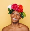 femme avec une couronne de felurs colorée