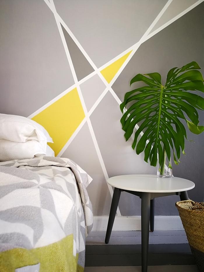 feuille monstera décoration petite chambre adulte panier tressé peinture forme géométrique table ronde blanc et noir