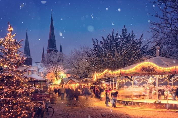 flocons de neige paysage d hiver paysage féerique décoration de noel extérieur marché guirlande lumineuse
