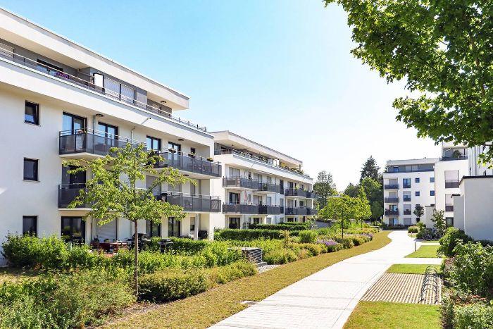 grand batiment appartements avec des balcons pelouse verte