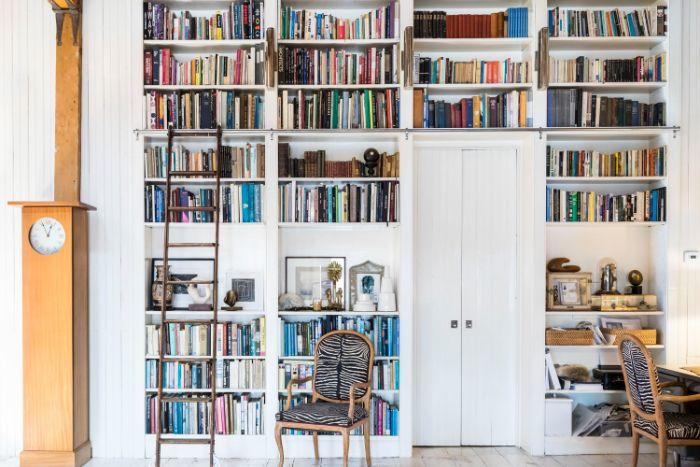 grande bibliothèque dans un mur blanc autour d une porte idée bibliothèque blanche scandinave