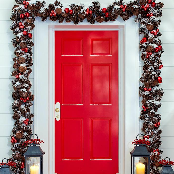 gurlande noel exterieur qui encadre la porte cree avec des cones de pin et et des balles de noel