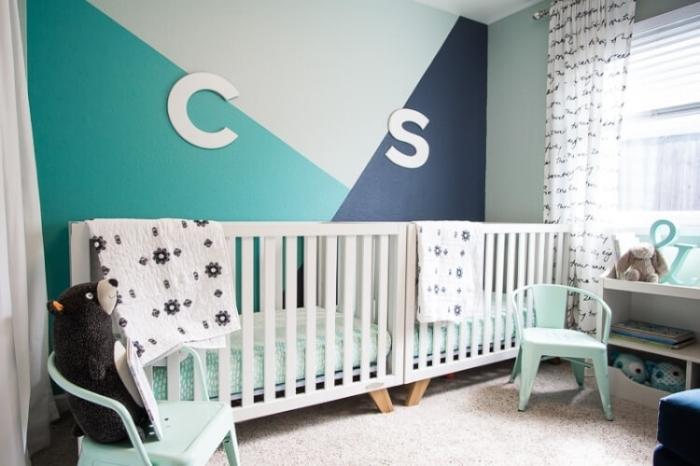 idée motif peinture murale décoration chambre à coucher enfant chaise vert pastel rideaux blancs meuble rangement ouvert