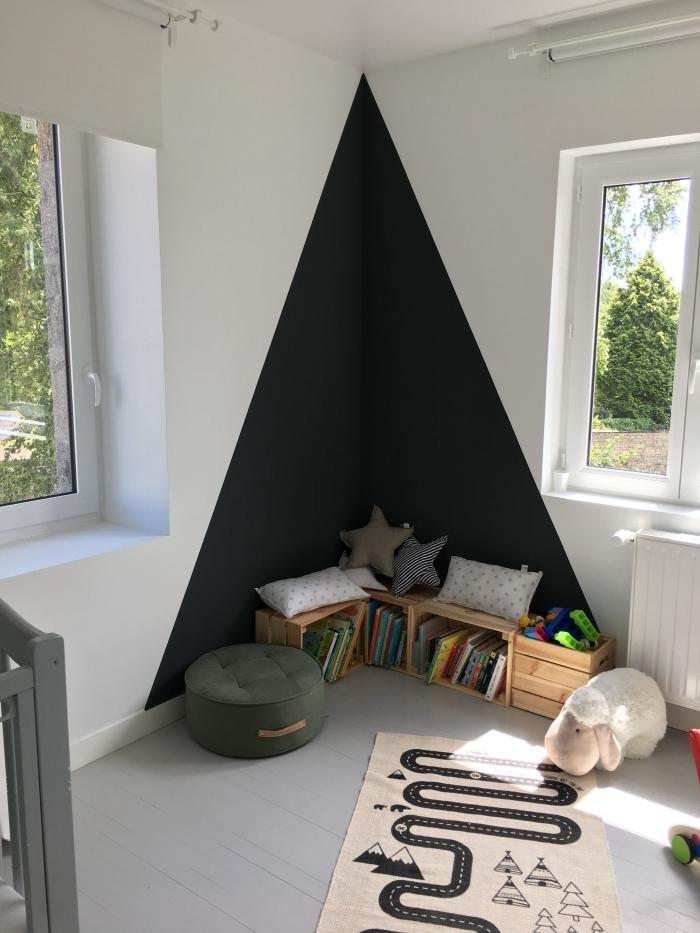 idée peinture chambre enfant façon tipi couleur noire triangle rangement jouet boîtes bois cagette pouf velour vert foncé tapis beige
