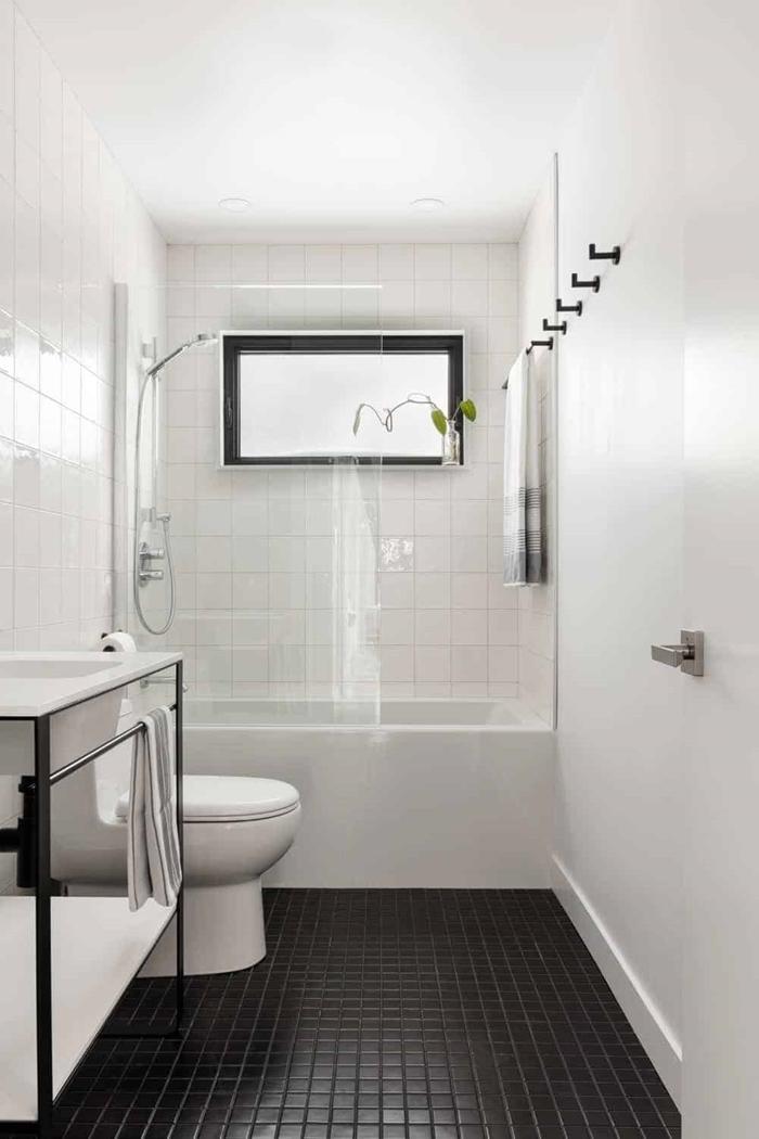 idée petite salle de bain en blanc et noir décoration minimaliste baignoire verrière douche robinet inox
