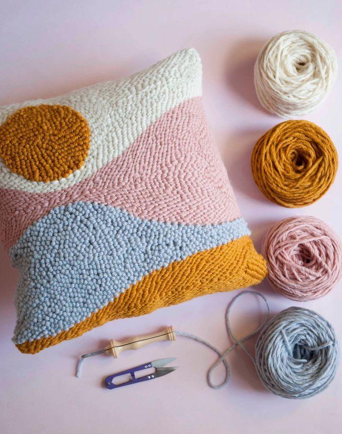 idée cadeau d anniversaire en confinement un ensemble de tricoter et faire la broderie un coussin et differentes fils avec des crochets