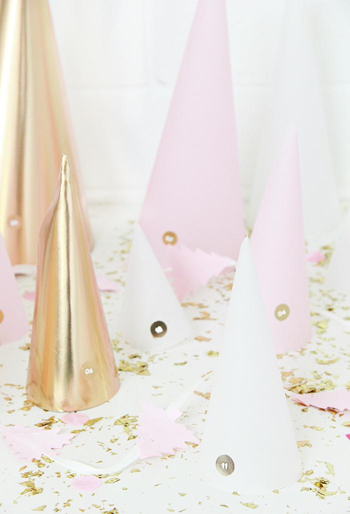 idée de calendreir de l avent à faire soi même avec des cônes de papier rose blanc et or numéreautés et confettis