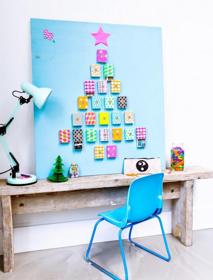 idée de panneau bleu décoré de motif sapin avec des boites colorées avec surprises a l interieur bureau ecolier enfant
