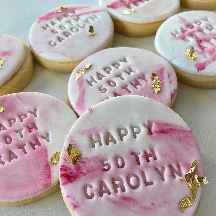 idée suprise cadeau d anniversaire des biscuits ronds glacees avec une signature personnalisees