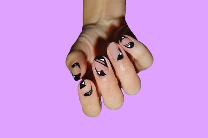 idee couleur ongle tendance hiver manucure minimaliste motifs géométriques dessin triangle vernis noir et blanc