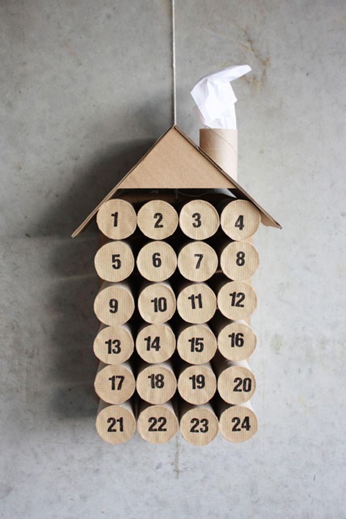 idee de caendrier de l avent en rouleaux de papier toilette fermés avec papier kraft et chiffres dessus