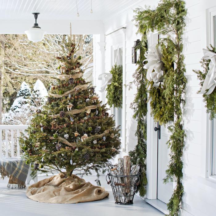 idee deco noel exterieur naturel avec un sapin et des branches assembles et suspendus autour les fenetres
