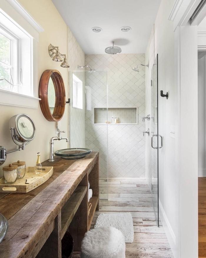 idee deco salle de bain blanc et bois comptoir bois brut rangement ouvert serviette de bain tapis moelleux