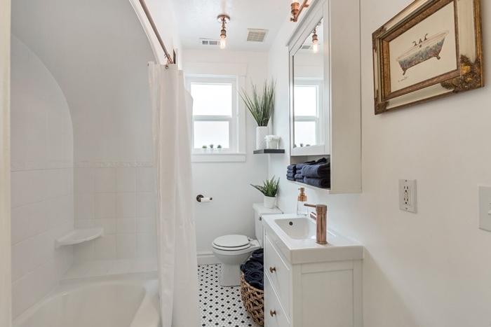 idee deco salle de bain minimaliste sous combles rideaux baignoire meuble évier blanc accents rose gold