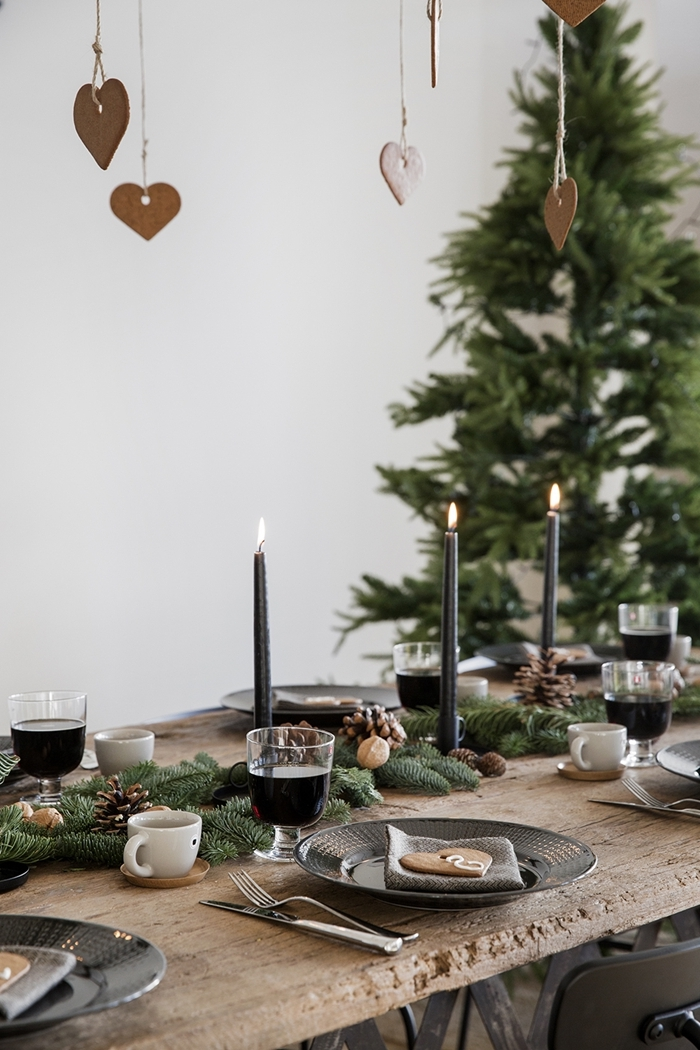 idee deco table noel minimaliste coeur en papier suspendu table bois brut branches de sapin pommes de pin