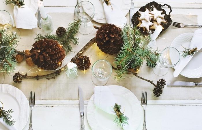 idee deco table noel pommes de pin couvercles argent biscuits pain d épice verres décoration minimaliste
