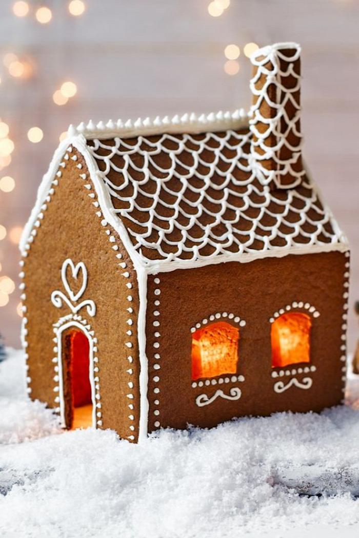 idee dessert noel une maison en pain d épices décorée avec des tuiles en glaçages sur le toit