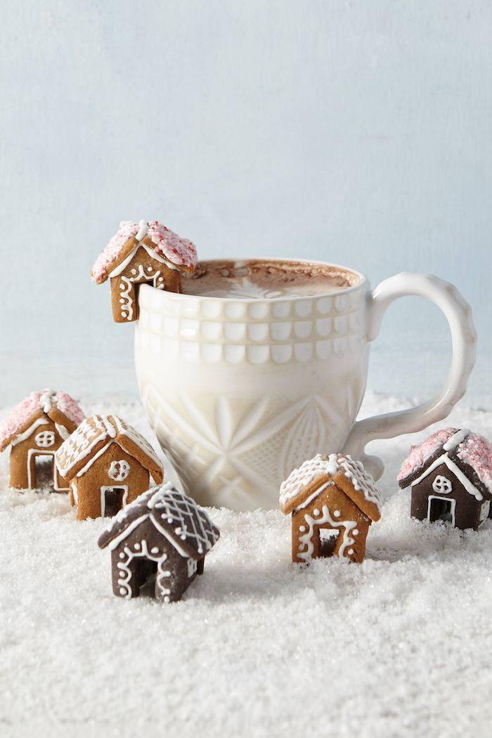 idee menu noel une tasse en porcelaine avec du chocolat chaud et des petites maisons en pain d epices comme decoration