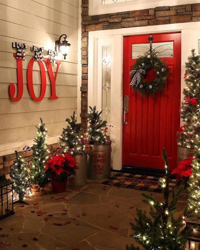 idee originale de decorer l entree de la maison avec un message et un sapin lumineux exterieur dans des pots a fleurs