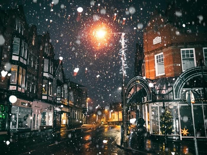 image paysage hiver promenade en ville nuit noel flocons de neige chute neige bâtiments ciel nocturne