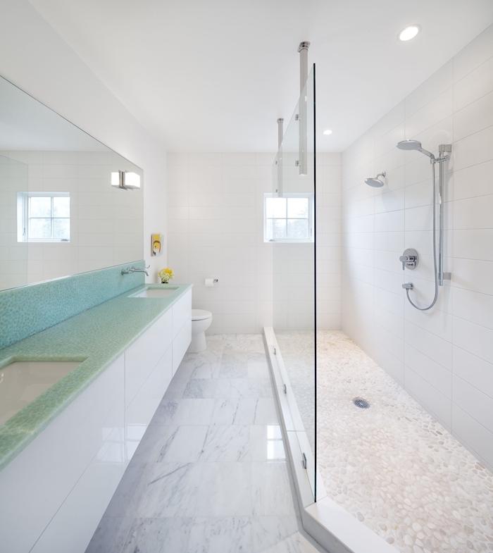 inspiration sallе de bain blanche comptoir vert pastel meuble sous évier blanc cuvette wc cabine douche verre