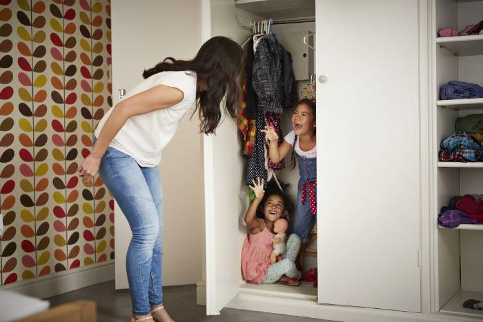 jouer au cache cache avec les enfants dans l appartement idee ludique jeux a faire en famille idée intérieur confinement