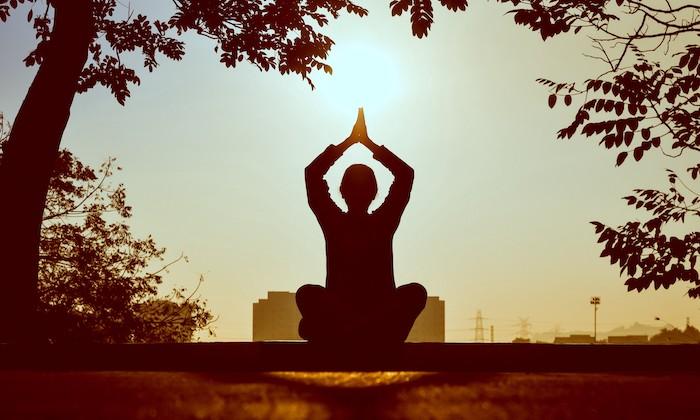 l importance de la meditation dans le quotidien une pesonne dans une pose de lotus
