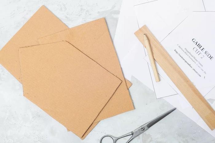 les modèles en carton pour les parties d un pain d épices coupes avec des ciaseaux