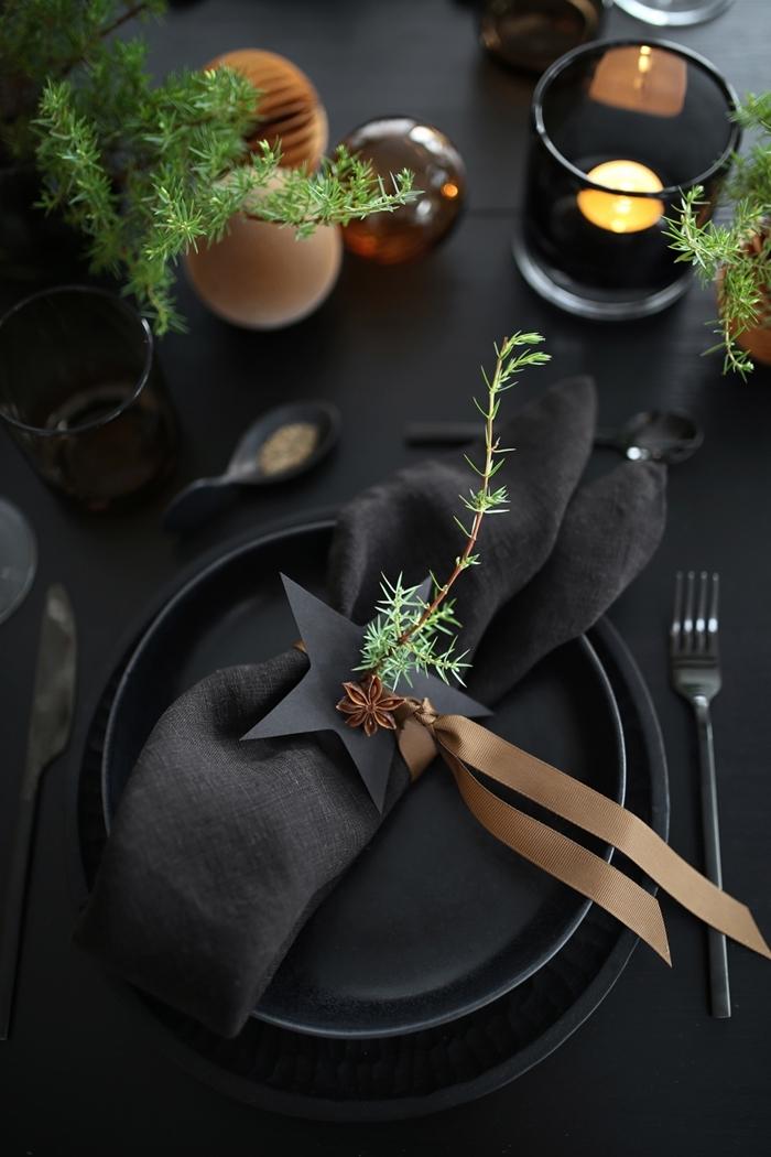 les plus belles tables de noel décoration stylée serviette pliage technique ruban doré table noir mat couvercles en noir