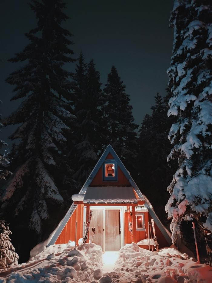 lumière nuit cabane bois véranda image paysage hiver photogprahie neige arbres sapin enneigé
