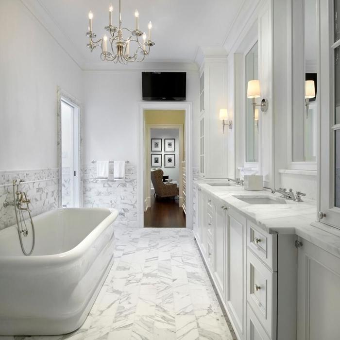 lustre bougies cristaux baignoire autoportante carrelage marbre blanc salle de bain moderne petit espace total blanc