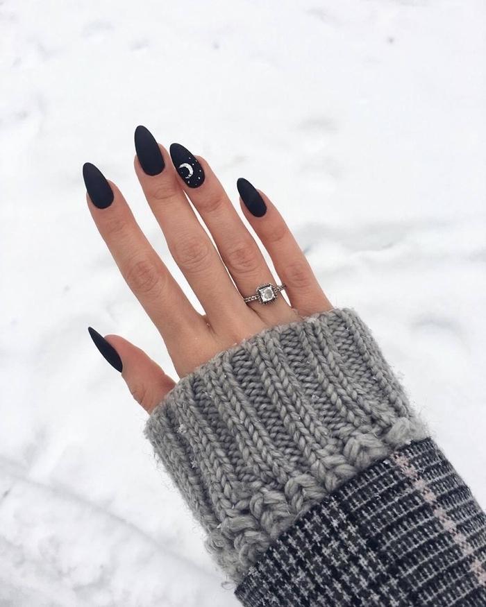 main soins hiver idée ongle en gel modele sombre vernis gel de base noire finition mate dessin lune argentée