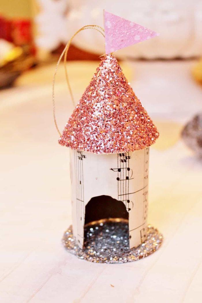 mangeoire oiseaux maison ornement decoration de noel avec papier musique et papier pailleté décoration de noel à fabriquer en papier