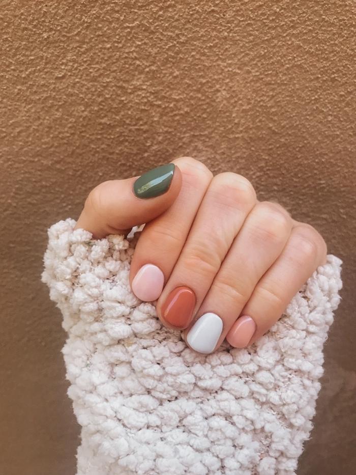 manucure tendance ongles en gel technique mix and match vernis différentes couleurs sur ongles nuances pastel