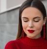 maquillage de noel avec du rouge à lèvres rouge pull rouge des sourcils à fards dorés tendance 2020