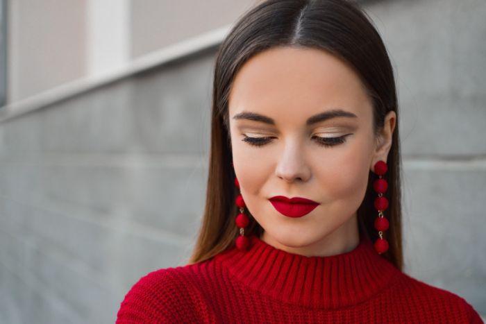 maquillage de noel avec du rouge à lèvres rouge pull rouge des sourcils à fards dorés tendance 2020, conseil maquillage original