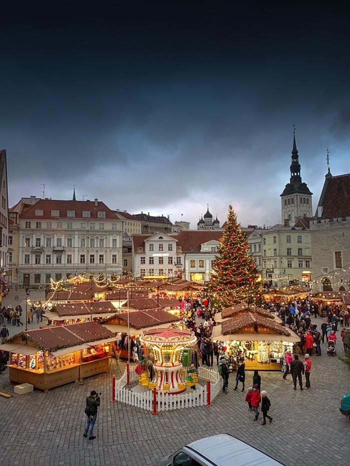 marché de noel guirlande lumineuse arbre de noel géant décoration extérieure festive paysage d hiver