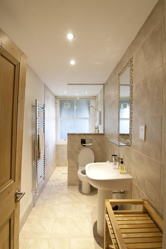 meuble bois rangement serviettes de bain aménager une petite salle de bain évier sur pied miroir rectangulaire