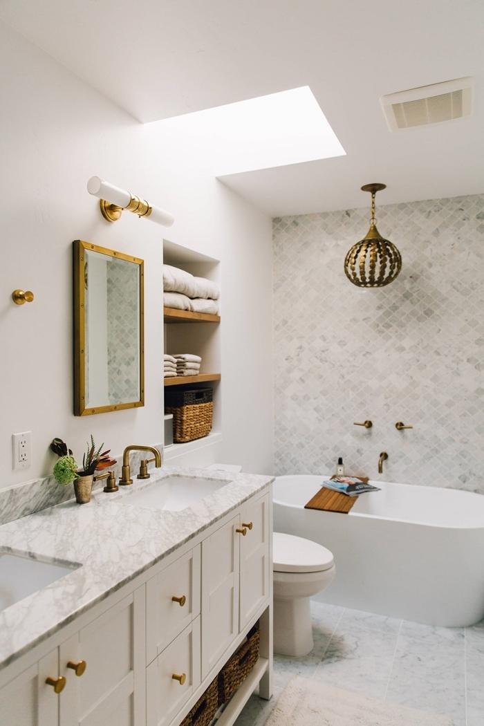 miroir cadre bois fenêtre toit luminaire laiton idée petite salle de bain décoration blanc et bois avec accents or