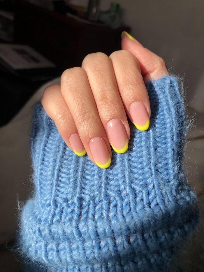 modèle d ongle en gel technique manucure française révisée vernis de base nude vernis couleur jaune tendance