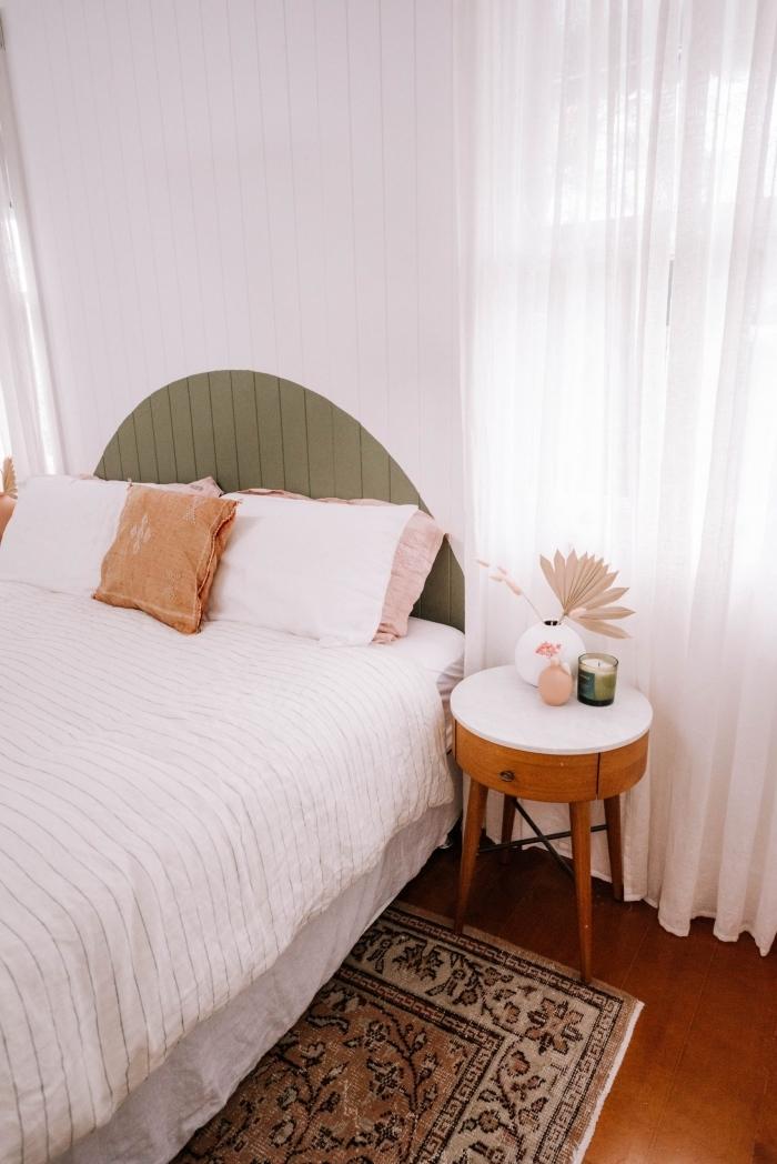 motif peinture mur décoration chambre à coucher petite table de chevet blanc et bois foncé vase blanc coussin terracotta tête de lit peinture