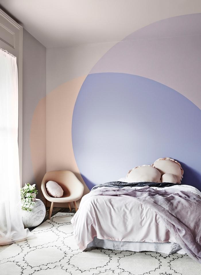 motif peinture mur design intérieur tendance couleur mur décoration chambre à coucher linge de lit lavande chaise pieds bois