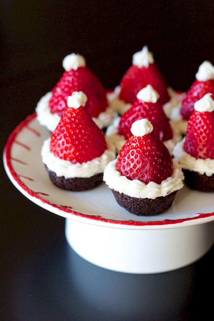 muffins chapeau de pere noel décoré de crème fraîche et de fraise dessert de noel léger et simple