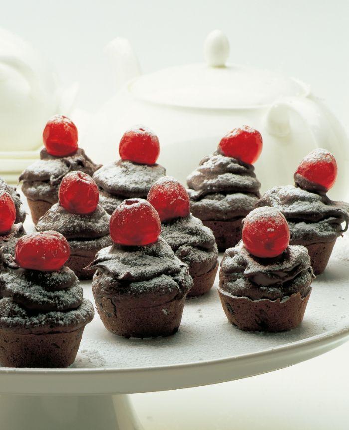 muffins chocolat moelleux avec decoration de cerise et de sucre glace idee gateau noel original et faicle a faire