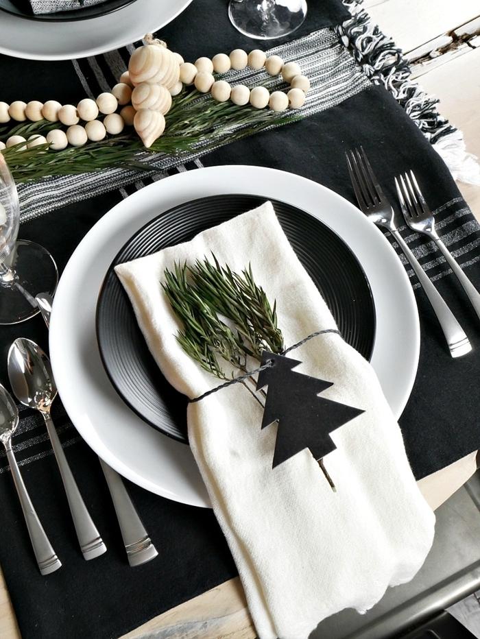 nappe noir et gris rayures assiette ronde blanche deco table noel nature en blanc et noir avec guirlande en perles bois