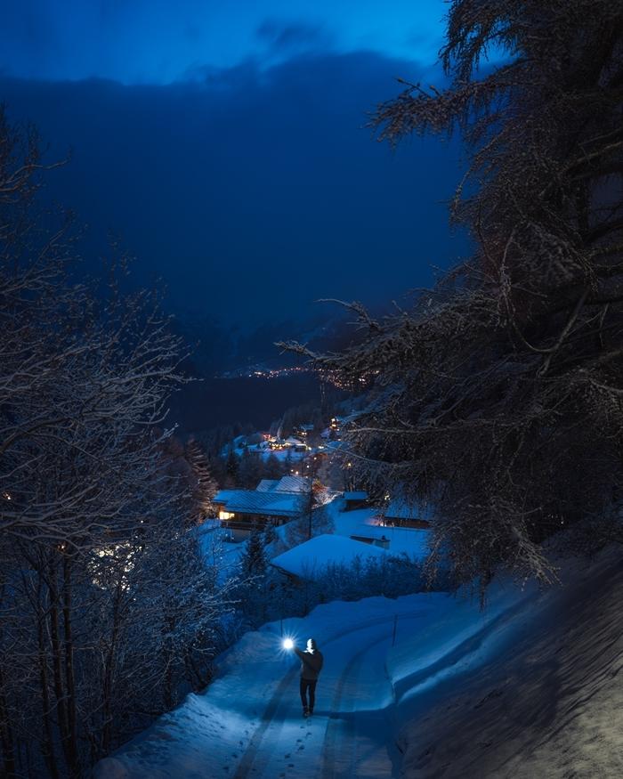 nature ciel nocturne arbres neige chemin garçon lumières village noel paysage montagne hiver
