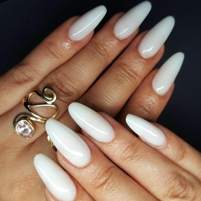 ongle en gel couleur hiver couleur de base blanche bijou or vernis gel nuance blanche tendance manucure
